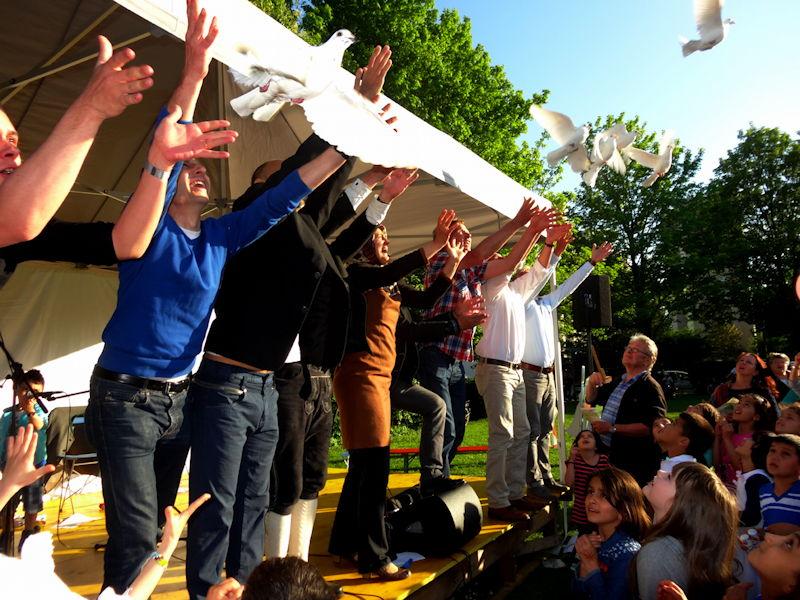 Symbolisch für den Frieden wurden zahlreiche weiße Tauben freigelassen. Foto: Ludger Wahlers
