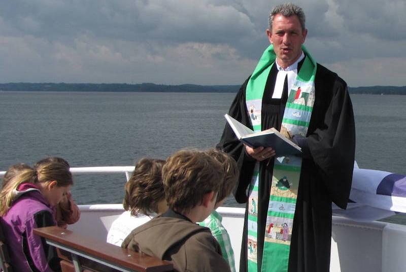 Der Puchheimer Pfarrer Markus Ambrosy feierte zusammen mit drei Kollegen den Gottesdienst auf dem See. Foto: Evangelische Auferstehungsgemeinde Puchheim