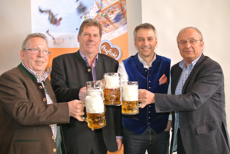 Bierprobe im Rathaus. V.l.n.r.: Rainer Zöller, Jochen Mörz, Norbert Seidl, ... Foto: Puchheimer Stadtportal