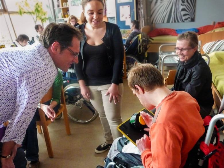 Schauspieler Winfried Frey mit einem behinderten Erwachsenen