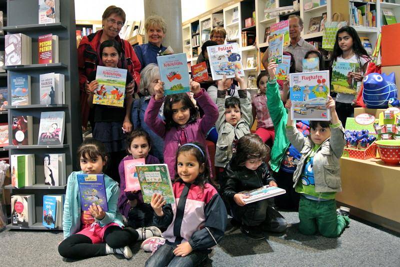 Die Kinder freuten sich über viele neue Bücher, Foto: M. Limbacher