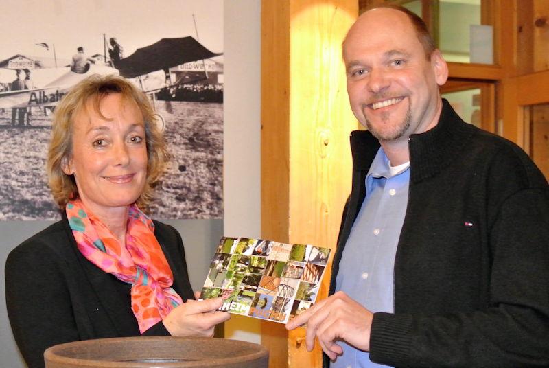 Glücksfee Karin Kamleiter zieht 17 Gewinner. Foto: Nicola Bräunling