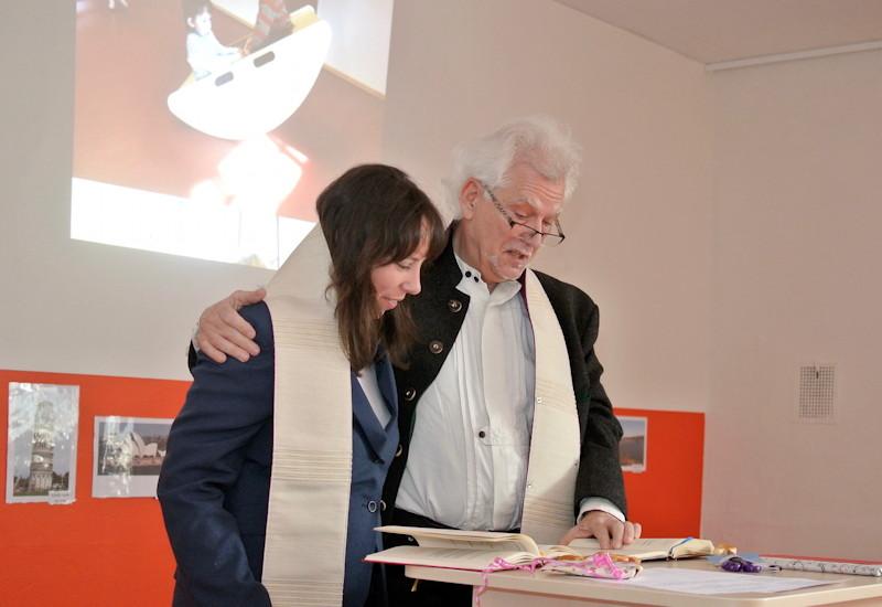 Pfarrerin Mirjam Pfeiffer mit Diakon Ulrich von Wurmb-Seibel bei der Einweihung des neuen Kindergartens. Foto: Puchheimer Stadtportal