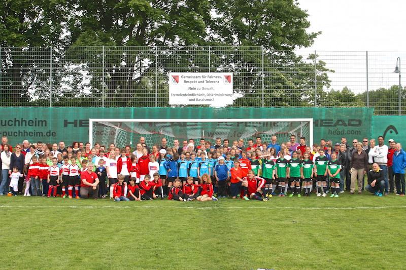 Mitglieder des FC Puchheim vor dem neuen Banner, Foto: FC Puchheim