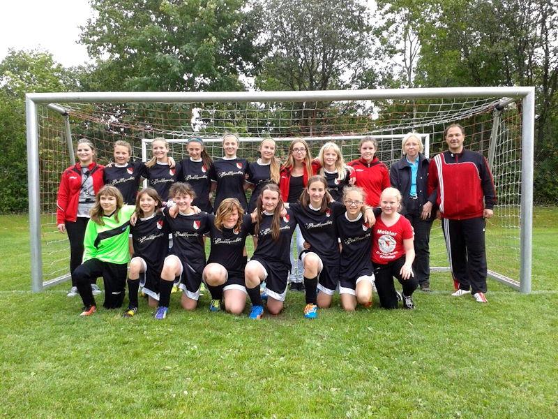 Das Fußballteam der U13-Juniorinnen mit Stadträtin Marga Wiesner und Trainer Martin Wolf,  Foto: FC Puchheim