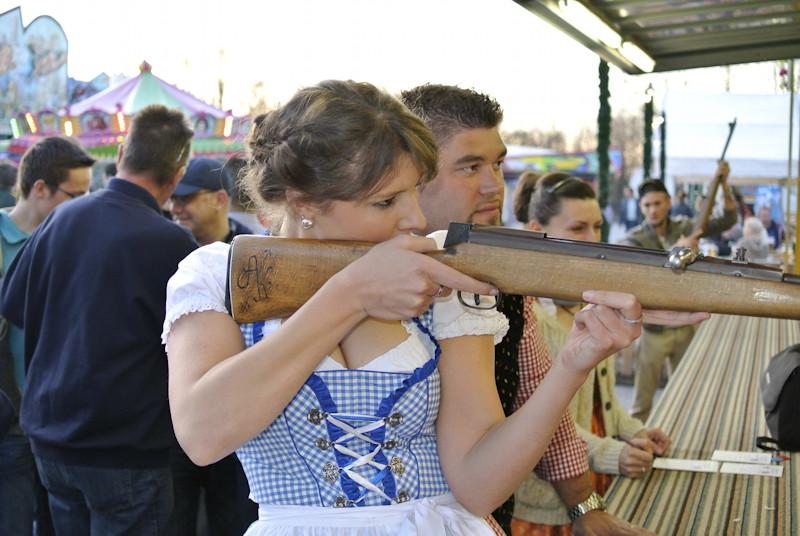 Die Junge Union schiesst scharf. Ramona Weiss und Christian Olschowsky, Foto: Puchheimer Stadtportal