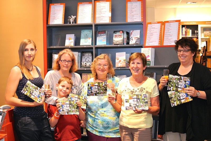 Schnipseln lohnt sich! Die Gewinner mit Frau Bräunling in der Buchhandlung bei der Übergabe. Foto: M. Limbacher