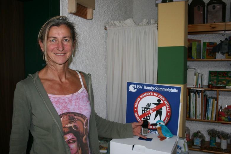 LBV-Geschäftsstellenleiterin Uschi Anlauf freut sich, dass mit alten Handys und leeren Druckerpateronen Naturschutz-Aktivitäten finanziert werden können.
