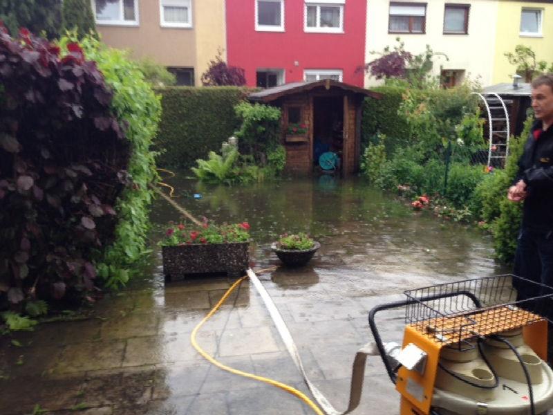 Pumpen statt Rasen mähen. Foto: FFW Puchheim-Bhf.