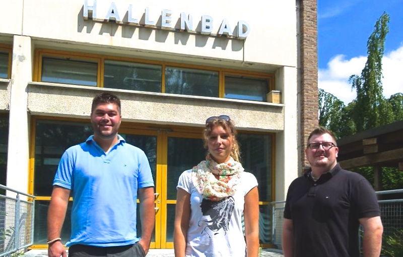Vor dem Hallenbad von links nach rechts: Christian Olschowsky, Ramona Weiß, Christian Stadler