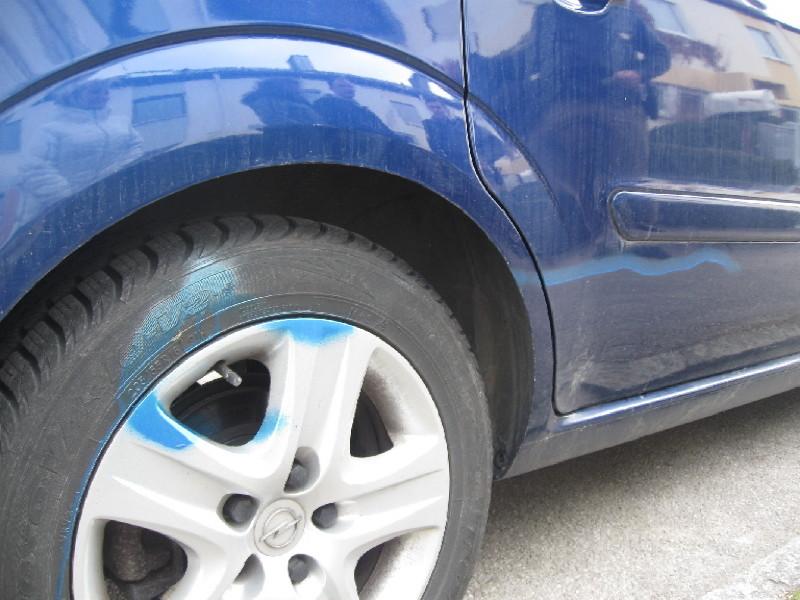 Blaue Farbe an Autos, Hecken und Zäunen sorgen für Mißmut bei den Geschädigten, Foto: Polizei