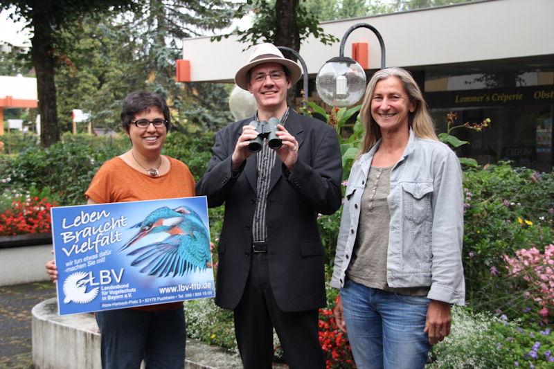 Gewinner des Swarovski Fernglases, Carl Major mit Rita Verma (links) und Uschi Anlauf (rechts) vom LBV Fürstenfeldbruck