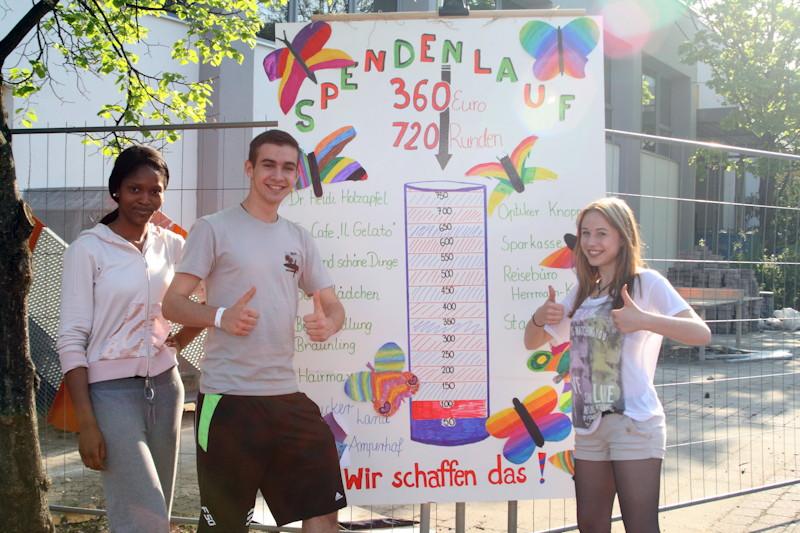 Drei stolze Schulsprecher: Assoumanou Rahamatou, Korbinian Bauscher, Angelina Pehle. Das gesteckte  Ziel, die Spenden der Puchheimer Firmen zu erlaufen, wurde mehr als erreicht. Fotos: Rita Verma (LBV)