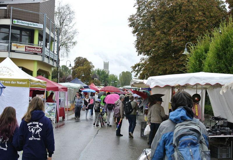 Viele Regenschirme auf dem 57. Puchheimer Marktsonntag. Foto: Puchheimer Stadtportal