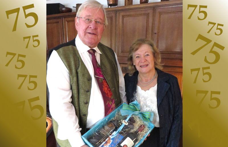 Elisabeth Hübscher gratuliert dem ehemaligen Bürgermeister Erich Pürkner. Foto: Günter Hoiß
