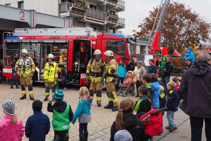 Modenschau vor dem neuen HLF. Foto: FFW Puchheim