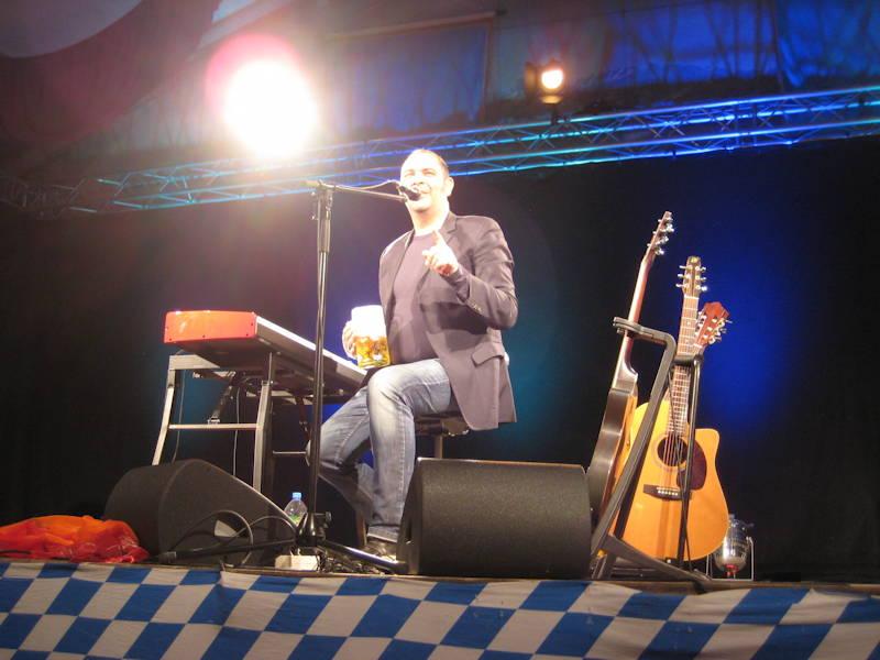 Hannes Ringlstetter im Bierzelt. Foto: M. Limbacher