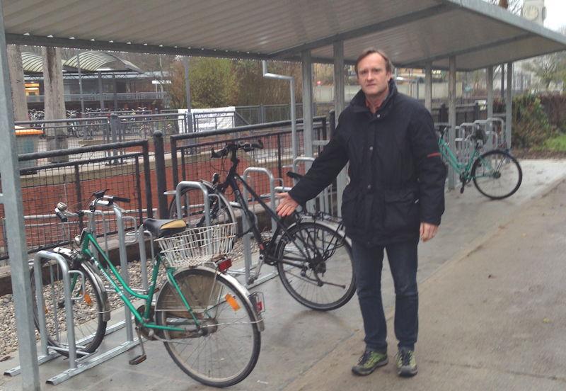 Dr. Manfred Sengl vor den neuen Radlständern.