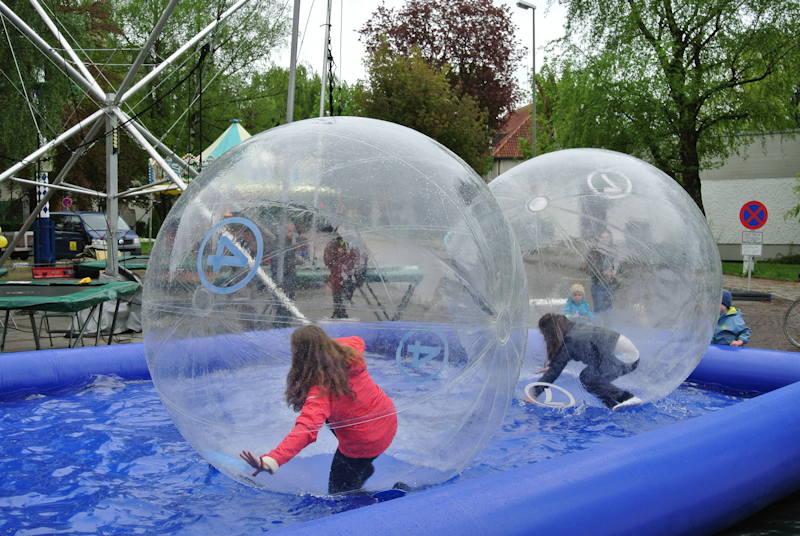 Wasser von oben und von unten - ein Riesenspaß für Kinder. Foto: M. Limbacher