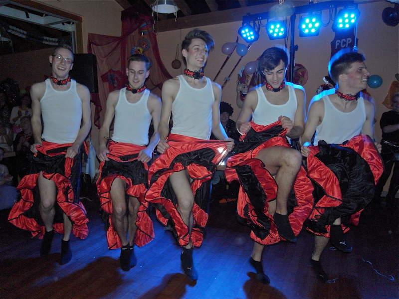 Ein Männerballett sorgt immer für gute Stimmung, besonders bei den weiblichen Gästen, Foto: Lissy Weller