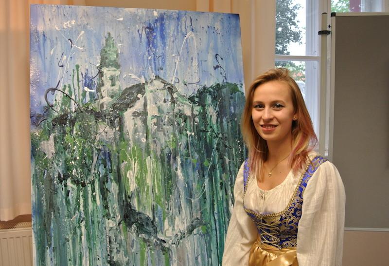 Maria Weiss vor ihrem Werk