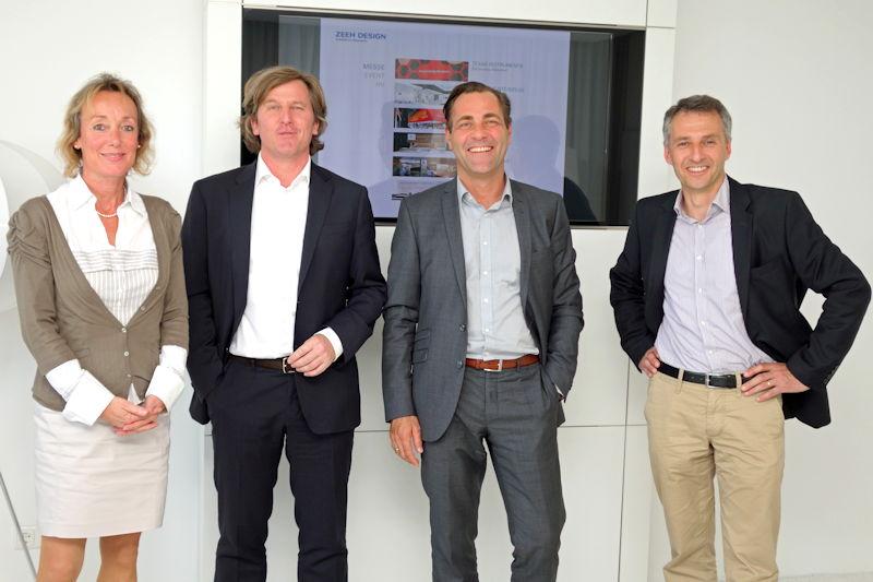 Erster Bürgermeister Norbert Seidl (r.) und Wirtschaftsreferentin Karin Kamleiter (l.) gratulierten den Geschäftsführern Julian Hauser (2.v.r.) und Harald Hüser (2.v.l.) zum 35-jährigen Bestehen der im Gewerbepark Nord angesiedelten Firma Zeeh Design.