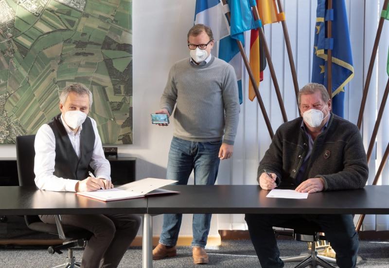 Erster Bürgermeister Norbert Seidl (li.) und Volksfestwirt Jochen Mörz (re.) unterzeichneten die Verlängerung des laufenden Volksfest-Vertrags bis 2025 in Beisein von Drittem Bürgermeister und Volksfestreferent Thomas Hofschuster.