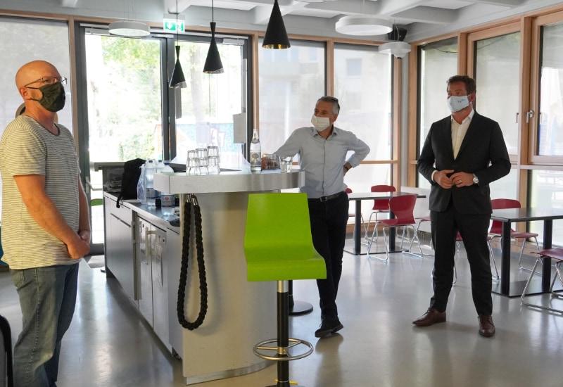 Beim Besuch des Jugendzentrums STAMPS (v.r.): BayernSPD-Generalsekretär Uli Grötsch, Erster Bürgermeister Norbert Seidl und JUZ-Mitarbeiter Michael Gradl.