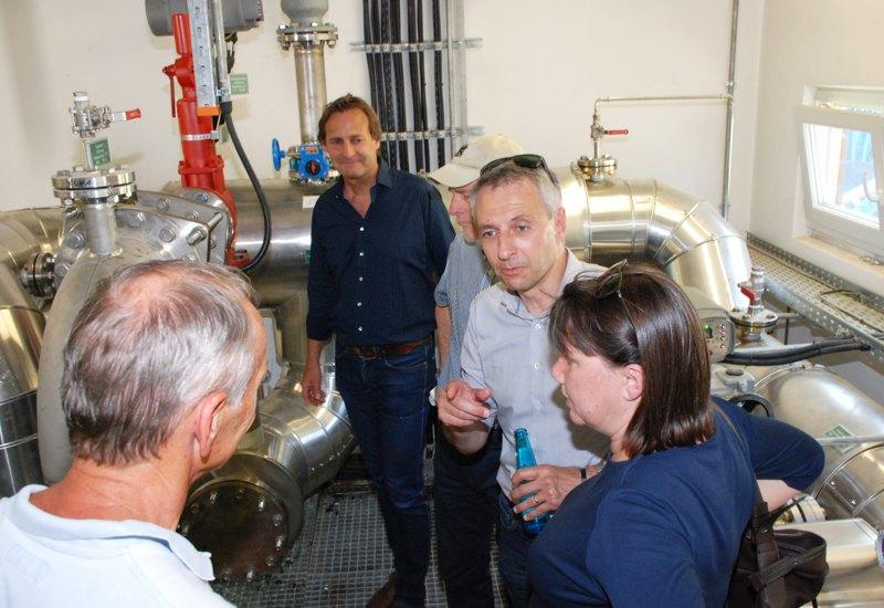 Bürgermeister Norbert Seidl in der Diskussion mit einem Exkursionsteilnehmer, im Hintergrund IEP-Geschäftsführer Helmut Mangold