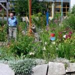 Blumenbeet mit Kunstobjekten im Schulgarten der Mittelschule Puchheim