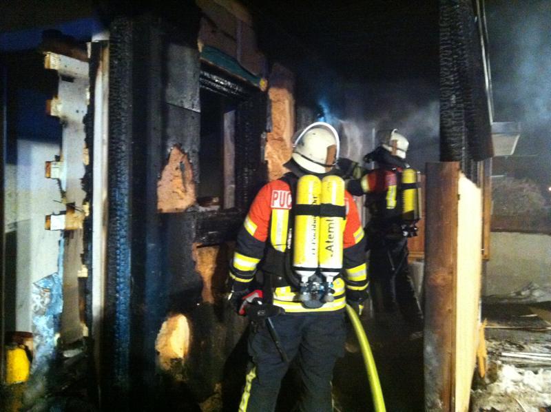 Feuerwehr löscht Wohnhaus in Puchheim