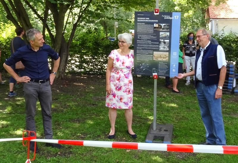 Bürgermeister Norbert Seidl, 1. Vorsitzende Marianne Schuon und Ehrenvorsitzender Johann Aichner bei der Enthüllung Tafeln Teil II.