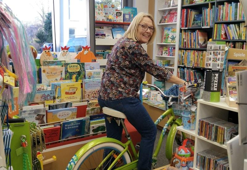 Not macht erfinderisch - die Buchhandlung Bräubling liefert frischen Lesestoff per Fahrrad vor die Haustür