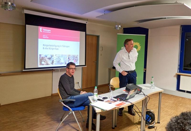 Ulrich Narr (links) berichtet über Formen der Bürgerbeteiligung in Tübingen.