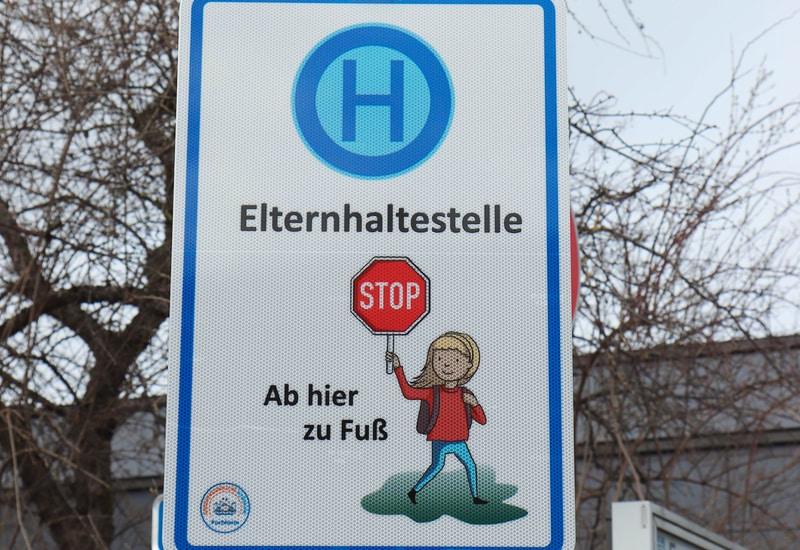 """Hinweisschild """"Elternhaltestelle"""" an der Allinger Straße"""
