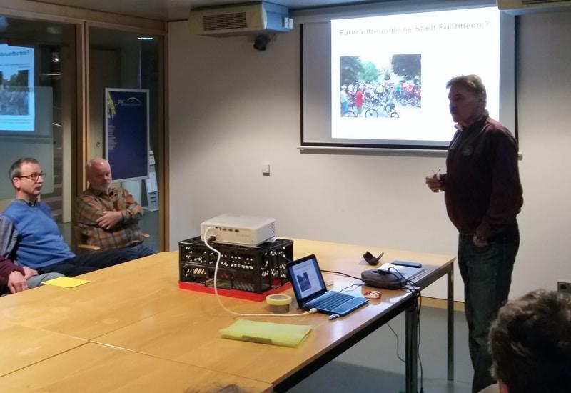 Edi Knödlseder, Ortssprecher des Allgemeinen Deutschen Fahrrad Clubs (ADFC), bei einem ubp Stadtgespräch