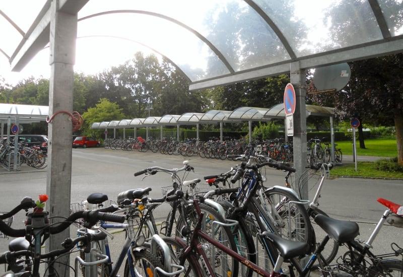 Bald auch ohne eigene Taschenlampe: Die Fahrradständer am Bahnhof. Foto: Stadt Puchheim