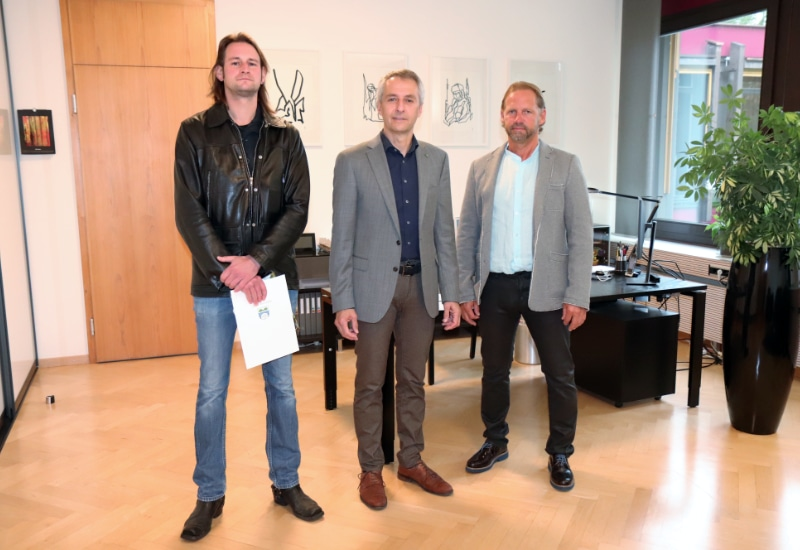 Erster Bürgermeister Norbert Seidl (Mitte) vereidigte Ralf Geng (rechts) zum Feldgeschworenen und zeichnete Ludwig Frankenfeld für seine ehrenamtliche Tätigkeit aus.