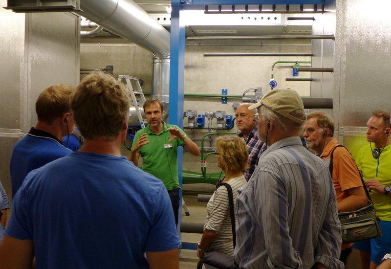 Anschaulich erläuterte Stefan Birle (3. v.l.) von den SWM den Puchheimer Gästen Bau und Funktion der Geothermie-Wärmetauscher