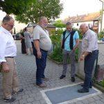 Die Verwaltungsbeiräte Beer und Denk erläutern Bürgermeister Seidl die früheren Probleme mit den Lichtschächten, ganz links: Henry Scheuer.