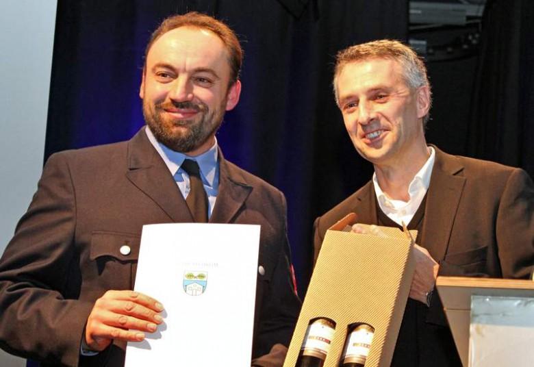 Thomas Gusenbauer wird von Bürgermeister Seidl geehrt.