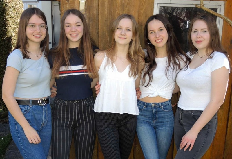 """Die jüngsten Helferinnen (vlnr): Annalena, Salome, Aileen, Lisa-Sophie, Lena. Das Bild entstand vor der Zeit des """"Social Distancing""""."""