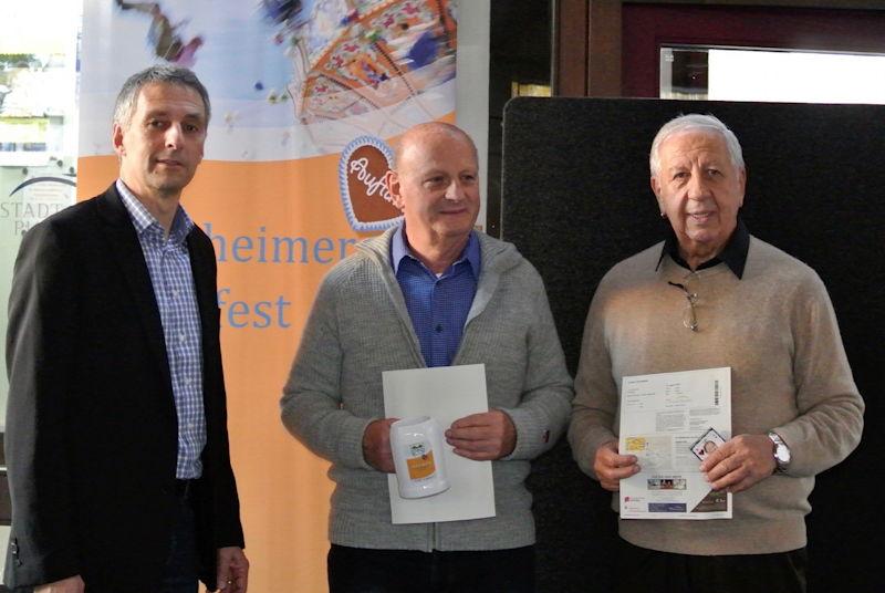 Bürgermeister Norbert Seidl überreicht die Preise persönlich an die Gewinner Michael Kaunzigner und Erich Eichhorst aus Gröbenzell. Foto: Puchheimer Stadtportal