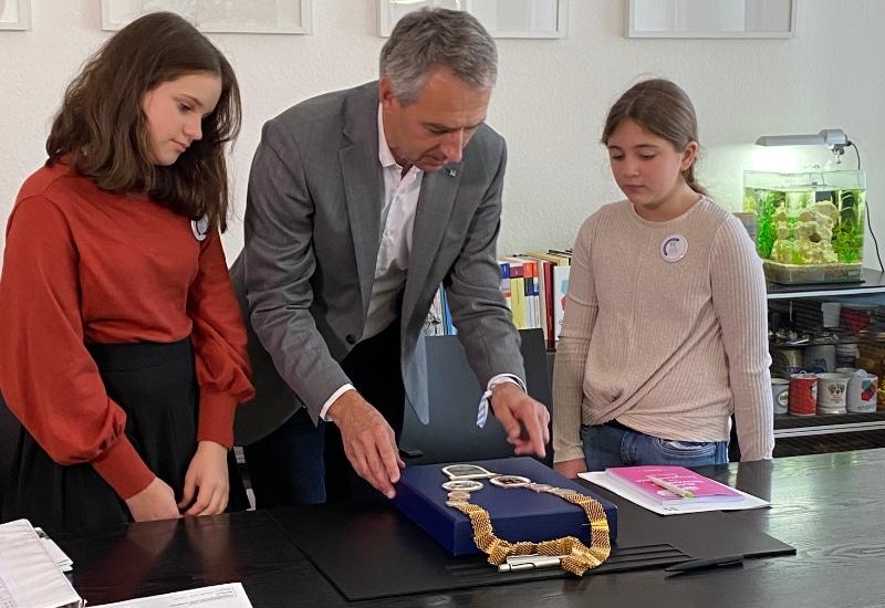 Erster Bürgermeister Norbert Seidl zeigte den Bürgermeisterinnen Sarah (li.) und Medina die Amtskette.