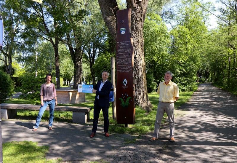 Kostenloses WLAN gibt es jetzt auch an der Kneipp-Anlage in Puchheim-Ort: Erster Bürgermeister Norbert Seidl (Mitte), Wirtschaftsförderin Sonja Weinbuch und Hans-Peter Köbele, Informations- und Kommunikationstechnik Stadt Puchheim.