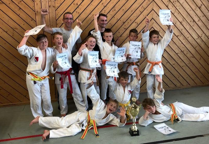 Die Judoka des FC Puchheim (mit Verstärkung) nach der Siegerehrung.