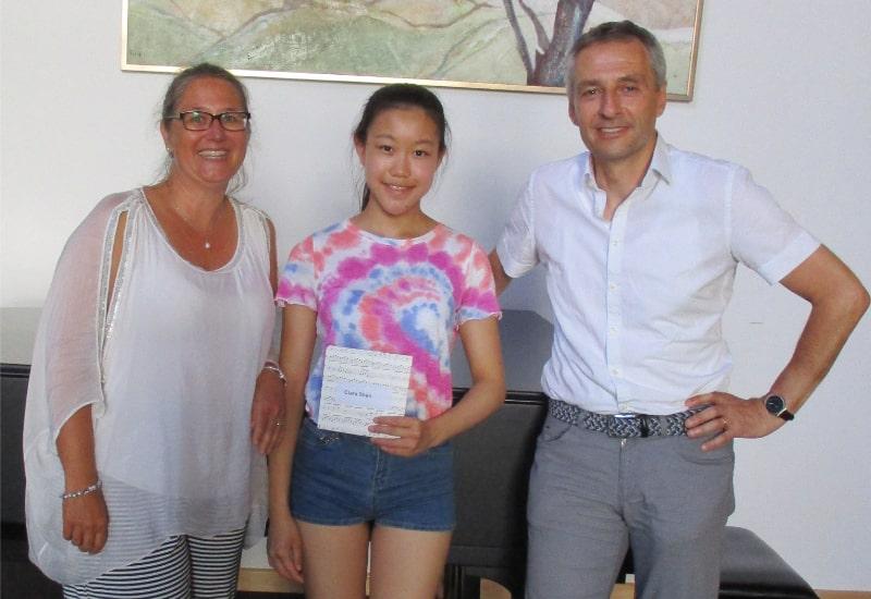 Musikschulleiterin Ines Neuland, Clara Shen und Bürgermeister Norbert Seidl. Nicht auf dem Foto ist Cosima Querner.