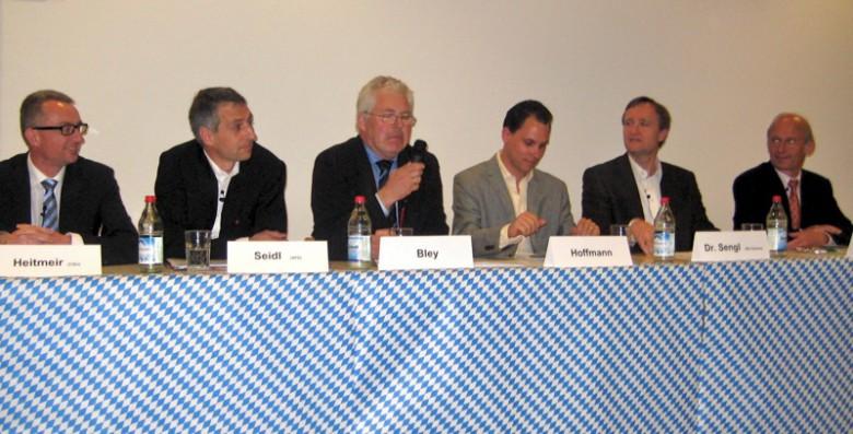 Jeweils außen sitzend: Die Kandidaten Harald Heitmeir (CSU), Norbert Seidl (SPD) sowie Dr. Manfred Sengl (DIE GRÜNEN) und Wolfgang Wuschig (UBP), Foto: M. Limbacher