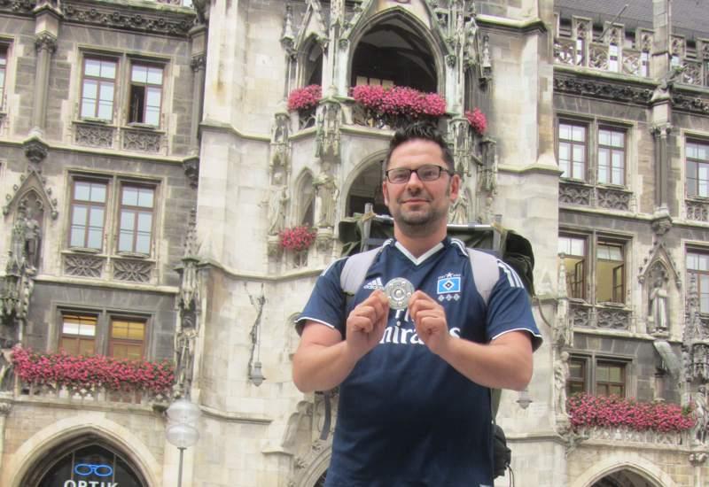Volker Keidel mit der Meisterschale am Marienplatz. Foto: Guido Theil