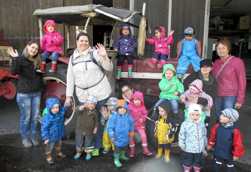 Die Knirpse des Kinderhauses Schatzinsel und der kleine rote Traktor der Familie Unglert.